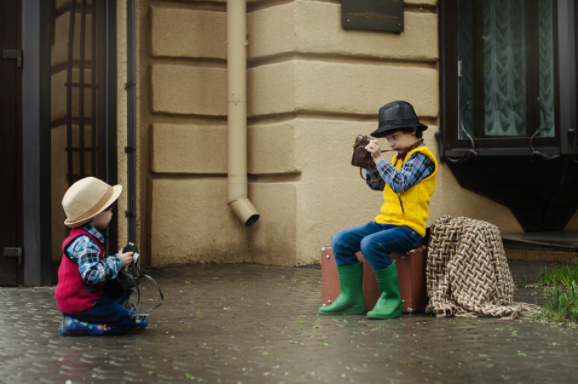 An image of kids enjoying photography sessions in a Hotel Kids Club